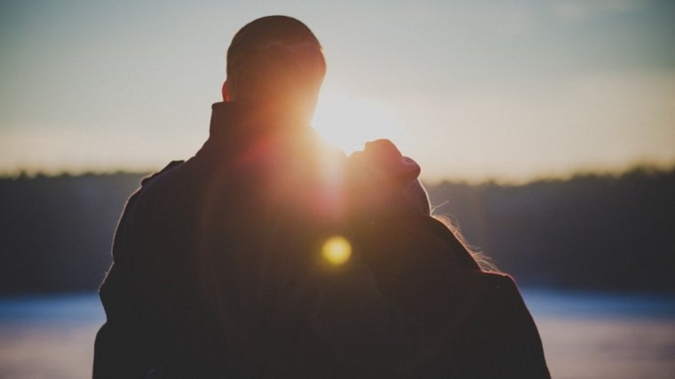 """""""Nie komplikuj, ciesz się, ufaj"""". Czego mężczyzna może nauczyć o miłości kobietę"""