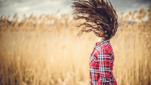 Marzą ci się piękne loki? Sprawdź, jak łatwo modelować włosy w domu