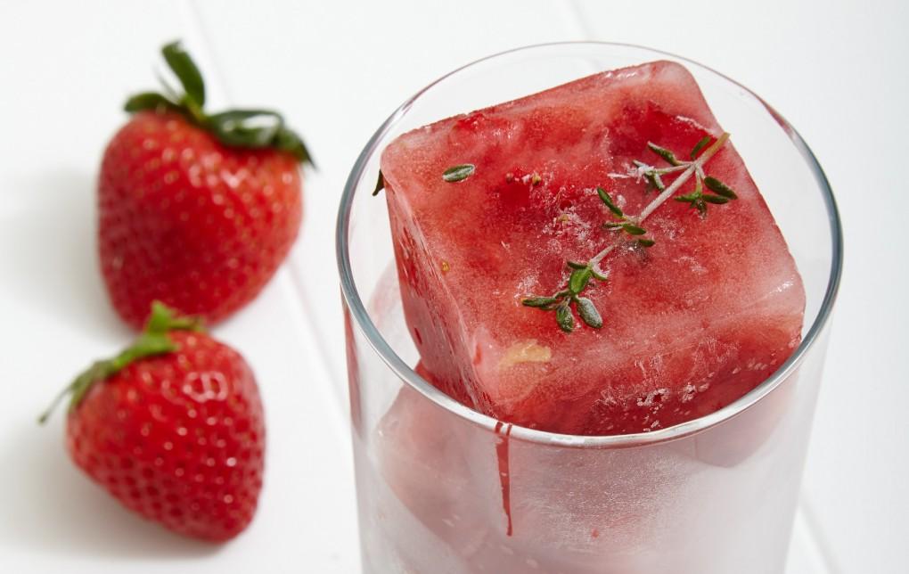 Truskawkowo-tymiankowe kostki do napojów / Truskawki: koktajle, smoothie i napoje - 11 sprawdzonychprzepisów