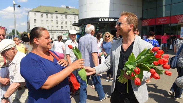 Poniedziałkowy dół...? Kolejki do Maćka Stuhra! Aktor rozdawał kwiaty z okazji poniedziałku!