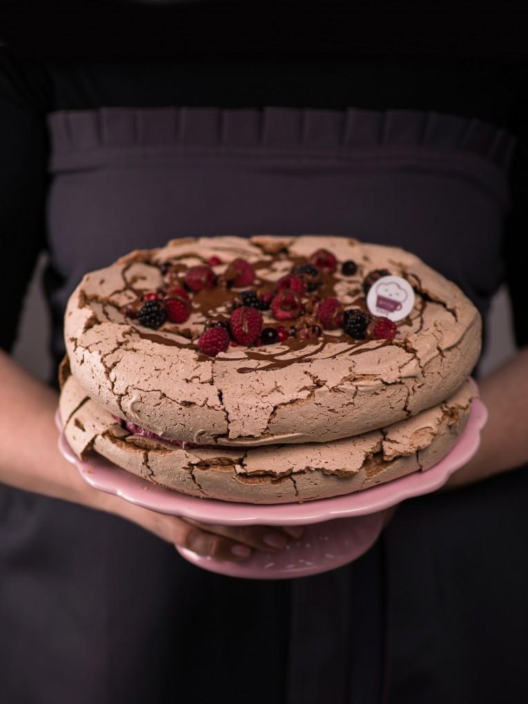 czekoladowy-tort-bezowy-z-kremem-z-owocow-lesnych-4