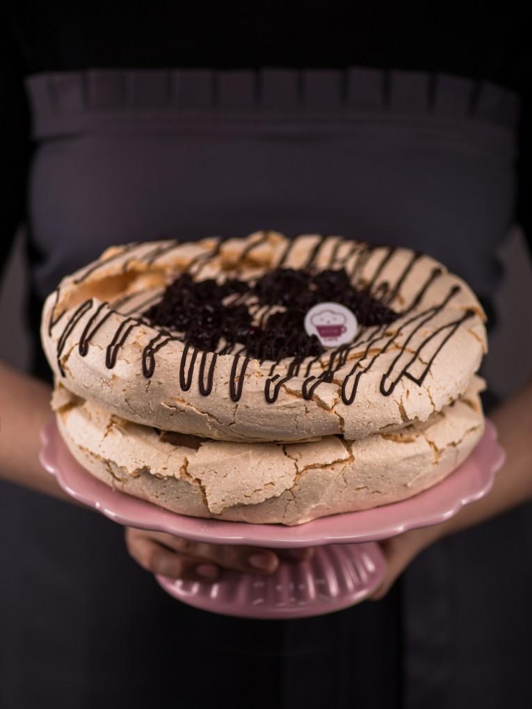 tort-bezowy-z-musem-czekoladowym-i-wisniami-4