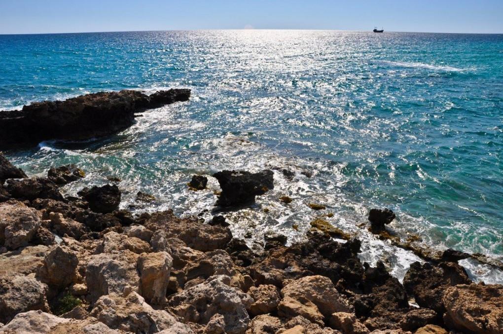 Cypr to jedna z najpiękniejszych wysp Morza Śródziemnego o łagodnym i ciepłym klimacie, nad którą niemal cały rok świeci słońce.