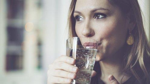 5 nieoczywistych objawów świadczących o tym, że powinnaś pić więcej wody